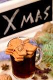 Galletas del pan de jengibre y vino reflexionado sobre Fotos de archivo