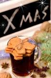 Galletas del pan de jengibre y vino reflexionado sobre Imagen de archivo libre de regalías