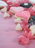 Galletas del rosa de la forma del corazón, blancas y negras y caramelo románticos Fotos de archivo libres de regalías