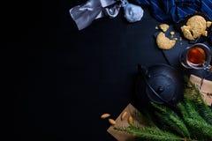 Galletas del sésamo de la Navidad con las decoraciones del Año Nuevo en la madera Foto de archivo libre de regalías