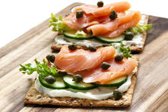 Galletas del salmón ahumado y del queso cremoso Foto de archivo libre de regalías