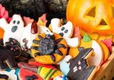Galletas deliciosas de Halloween cubiertas con la pasta de azúcar Foto de archivo libre de regalías