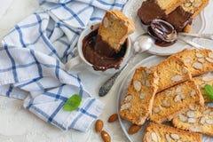 Galletas deliciosas de la galleta con las almendras y el chocolate foto de archivo
