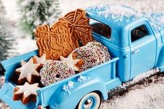Galletas deliciosas de la Navidad en la parte de atrás del camión del juguete Imagenes de archivo