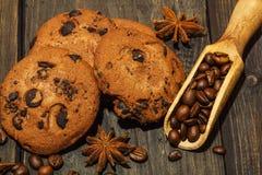 Galletas deliciosas del chocolate con los granos de café, anís en una oscuridad vieja fotografía de archivo