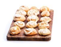 Galletas deliciosas en el tablero de madera aislado en blanco Foto de archivo libre de regalías