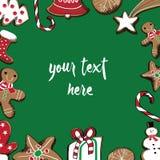 Galletas dibujadas mano del pan de jengibre de la Navidad Lugar para su texto en el centro Fondo verde Imagenes de archivo