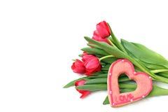 Galletas dulces bajo la forma de corazón y tulipanes Fotografía de archivo libre de regalías