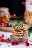 Galletas dulces con los cacahuetes en una placa con la miel y la leche en a fotos de archivo libres de regalías