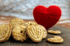 Galletas dulces del azúcar diapositivas en forma de corazón en una siesta de bambú marrón Fotos de archivo libres de regalías