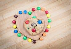 Galletas dulces deliciosas y forma del corazón Foto de archivo libre de regalías