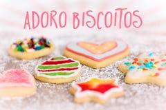 Galletas dulces y coloridas en el fondo del azúcar de formación de hielo, español Te imagen de archivo libre de regalías