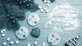 Galletas e invitaciones de la Navidad en la tabla Regalos dulces para el niño imagen de archivo
