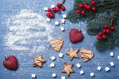 Galletas e invitaciones de la Navidad en la tabla Regalos dulces para el niño fotos de archivo