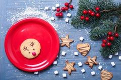 Galletas e invitaciones de la Navidad en la tabla Regalos dulces para el niño imágenes de archivo libres de regalías