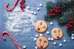 Galletas e invitaciones de la Navidad en la tabla Regalos dulces para el niño imagenes de archivo
