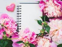 Galletas en forma de corazón brillantes, rosadas con la palabra MAMÁ fotos de archivo