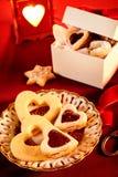 Galletas en forma de corazón clasificadas para el tema de la tarjeta del día de San Valentín imagen de archivo