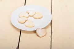 Galletas en forma de corazón de la tarjeta del día de San Valentín de la torta dulce Imagen de archivo libre de regalías
