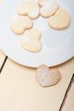 Galletas en forma de corazón de la tarjeta del día de San Valentín de la torta dulce Foto de archivo