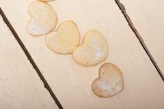 Galletas en forma de corazón de la tarjeta del día de San Valentín de la torta dulce Imágenes de archivo libres de regalías