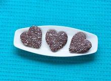 Galletas en forma de corazón de la tarjeta del día de San Valentín en la placa Foto de archivo libre de regalías