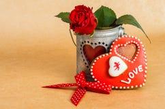 Galletas en forma de corazón del día de tarjeta del día de San Valentín con la formación de hielo Fotos de archivo