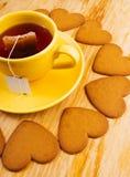 Galletas en forma de corazón en la tabla de madera Imagen de archivo