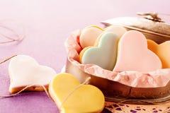 Galletas en forma de corazón esmaltadas coloridas con la pasta de azúcar Foto de archivo libre de regalías