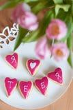 Galletas en forma de corazón hechas en casa Imágenes de archivo libres de regalías