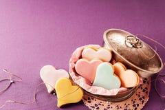Galletas en forma de corazón heladas coloridas Foto de archivo libre de regalías