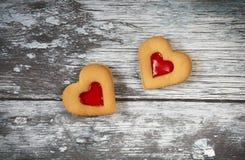 Galletas en forma de corazón para el día de tarjeta del día de San Valentín Fotos de archivo