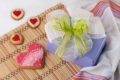 Galletas en forma de corazón para el día de tarjeta del día de San Valentín y el rectángulo de regalo foto de archivo libre de regalías