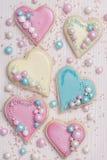 Galletas en forma de corazón coloreadas pastel Fotografía de archivo libre de regalías