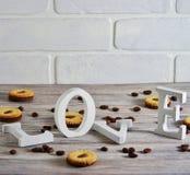 Galletas en la forma de corazones, en el AMOR de las letras de la galleta el concepto de un regalo para d?a de San Valent?n el 14 fotos de archivo