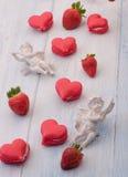 Galletas en la forma de corazones el día del ` s de la tarjeta del día de San Valentín Fotos de archivo
