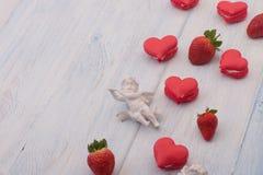 Galletas en la forma de corazones el día del ` s de la tarjeta del día de San Valentín Fotografía de archivo