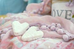Galletas en la forma de corazones en el fondo de las materias textiles Estilo de Boho Fondo del concepto del amor 14 de febrero d Foto de archivo