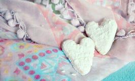 Galletas en la forma de corazones en el fondo de las materias textiles Estilo de Boho Fondo del concepto del amor 14 de febrero d Imagen de archivo