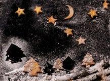 Galletas en la forma de las estrellas y de los árboles de navidad Foto de archivo libre de regalías