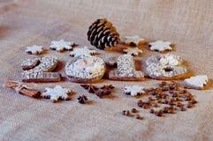 Galletas en la forma de números, estrellas de la miel del día de fiesta del Año Nuevo que ponen en fondo marrón de la harpillera Fotografía de archivo libre de regalías