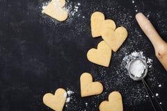 Galletas en la forma del corazón para el día de tarjetas del día de San Valentín Hornada dulce Visión superior imagen de archivo