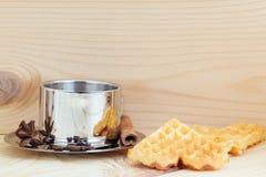 Galletas en la forma del corazón en un fondo de madera con una taza de café, de canela y de anís foto de archivo libre de regalías