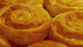 Galletas en la panader?a Recientemente productos de la panadería Galletas cocidas en el horno Ci?rrese encima de tiro almacen de metraje de vídeo