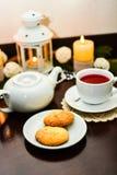 Galletas en la placa y la taza de té en café Fotografía de archivo