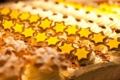 Galletas en la visualización de una panadería Foto de archivo libre de regalías