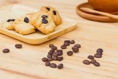 Galletas en plato de madera con la semilla del café Imagen de archivo libre de regalías