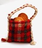 Galletas en un bolso hecho a mano tradicional del regalo Imagen de archivo libre de regalías