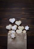 Galletas en un paquete en un fondo de madera oscuro Imagen de archivo libre de regalías