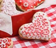Galletas en una caja bajo la forma de corazones cocidos para el día de tarjeta del día de San Valentín Fotografía de archivo libre de regalías